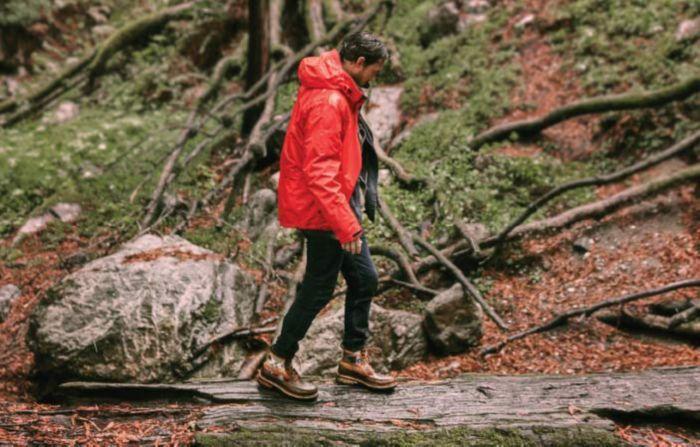 Riley Harper lleva las botas Ottowa Peak de Clarks en un bosque otoñal