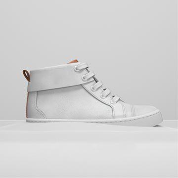 Vista lateral de unas botas blancas de cuero