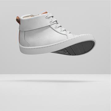 Vista lateral de unas botas blancas de cuero con la suela retorcida