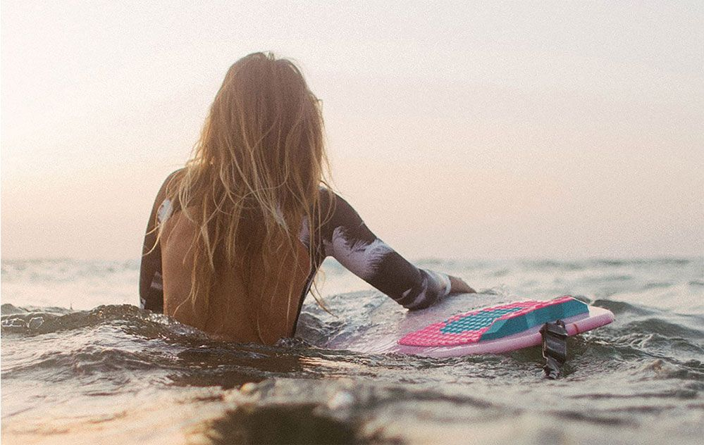 Image of surfer Manon Lanza from the back in the ocean