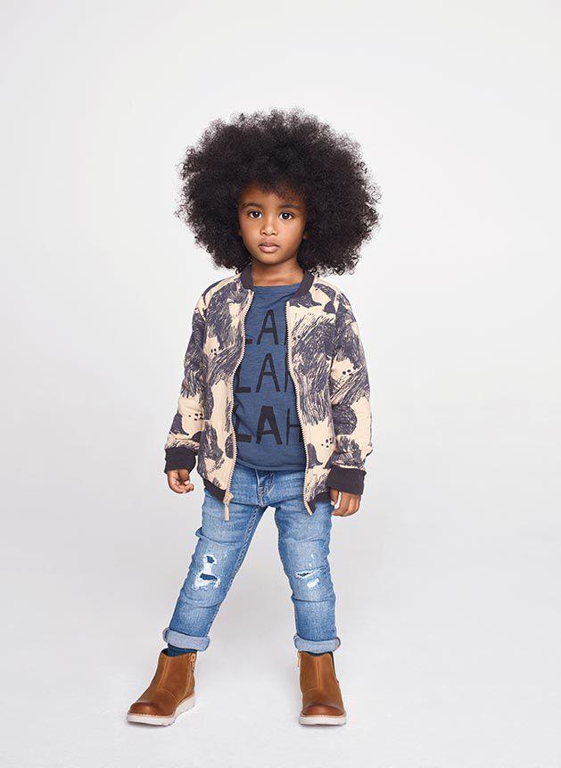 Niño con botas de cuero marrón