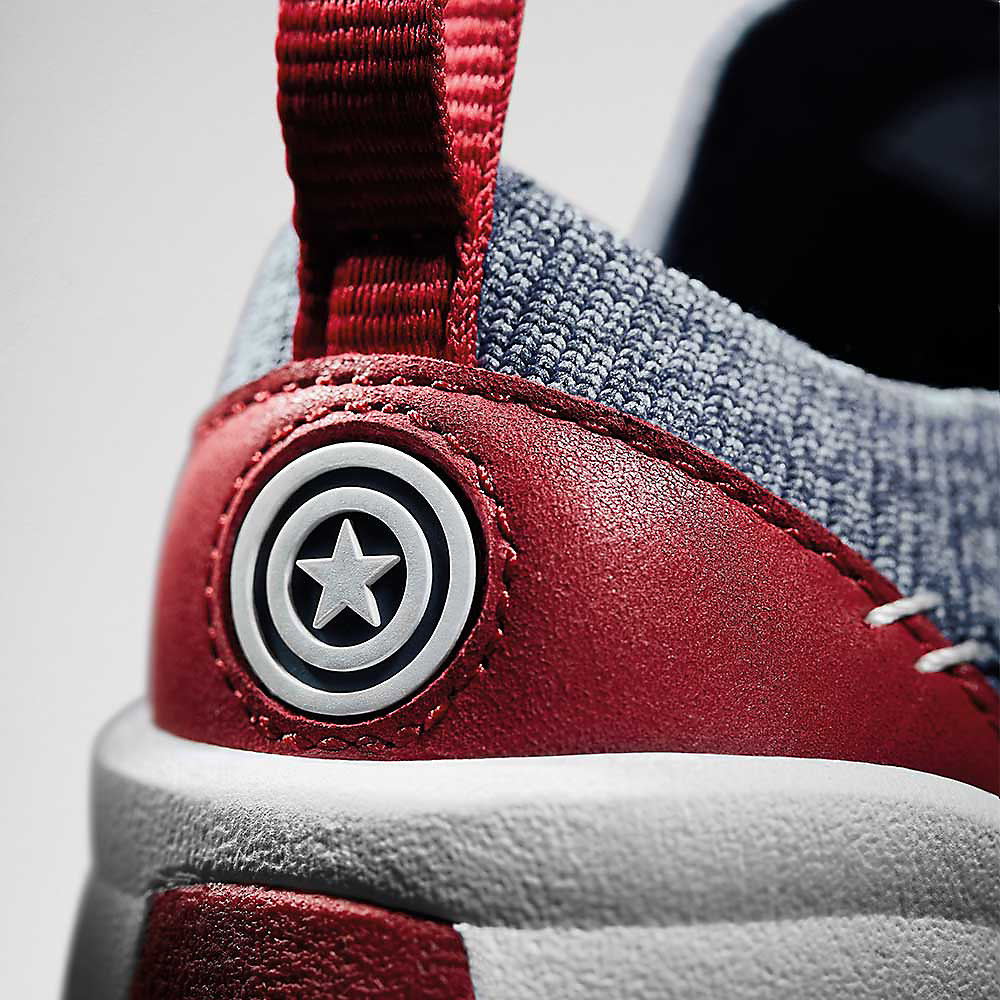 Nahaufnahme des Logosvon den Captain America Schuhen, Tri Hero