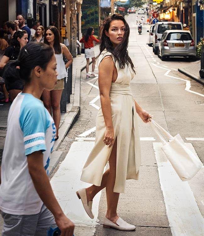 Mia Kang en una calle de Hong Kong
