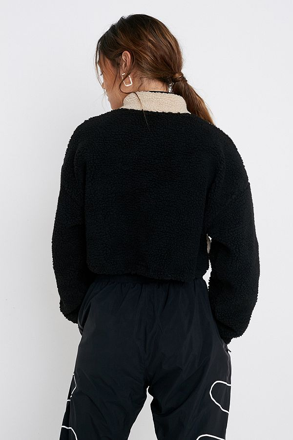 new style b4108 45a3a Urban Outfitters – Kurzer Pullover aus Teddyplüsch im Colour-Block-Design