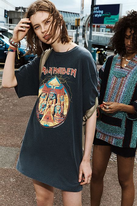 """a8cd19ab419932 Urban Outfitters – Dad-T-Shirt """"Iron Maiden"""" in Oversized-Passform"""