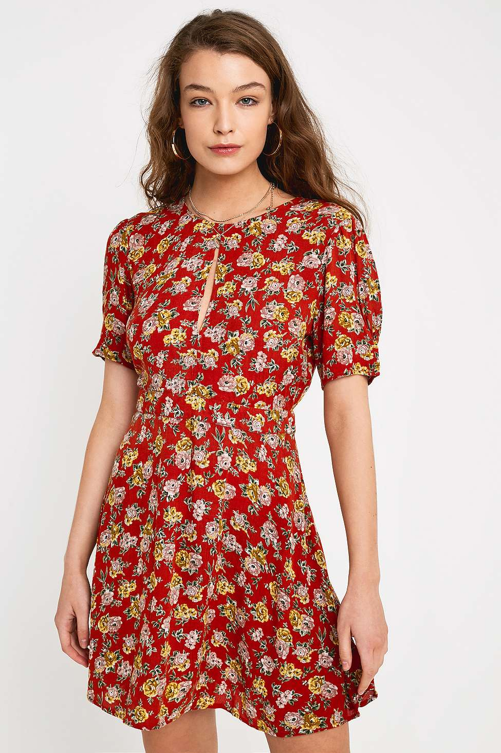 Uo   Robe Liquette Courte à Fleurs Rouge by Urban Outfitters