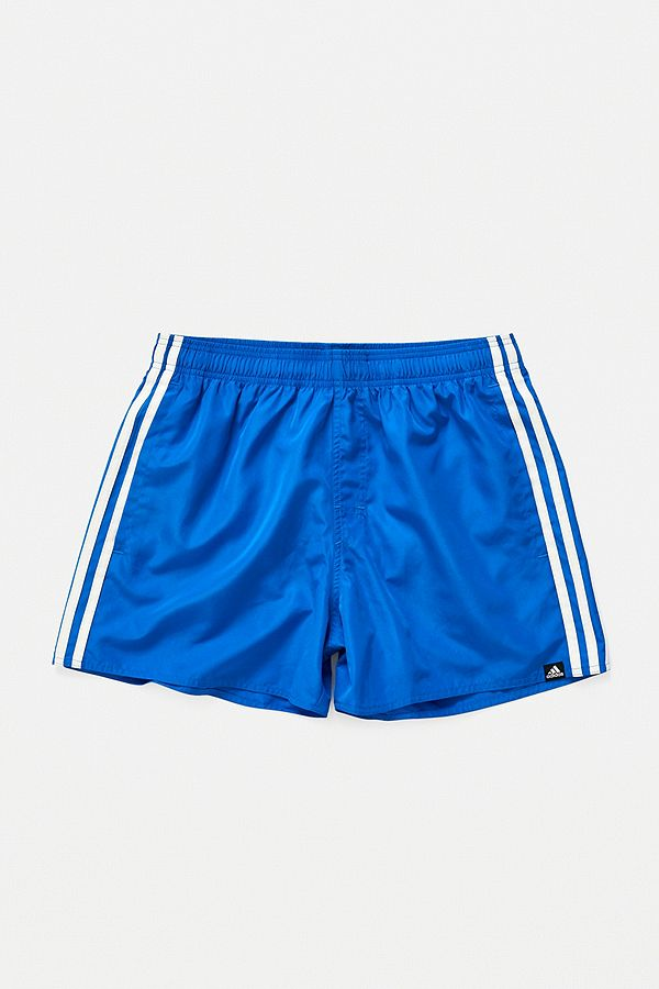 866947e31c4b3d adidas – Badeshorts in Blau mit 3-Streifen-Styling | Urban Outfitters DE