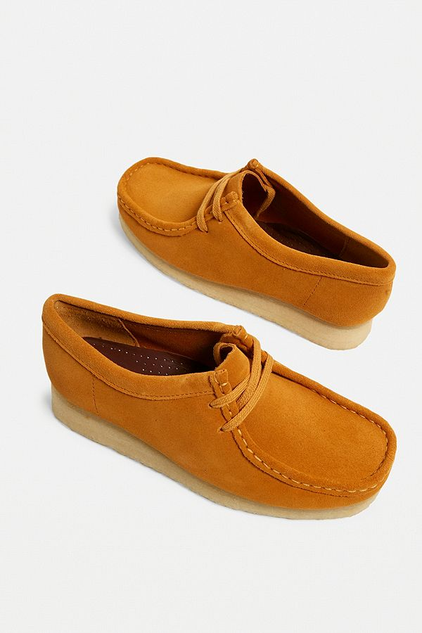 8403afd7d98a58 Clarks - Chaussures Wallabee en daim rouille | Urban Outfitters FR