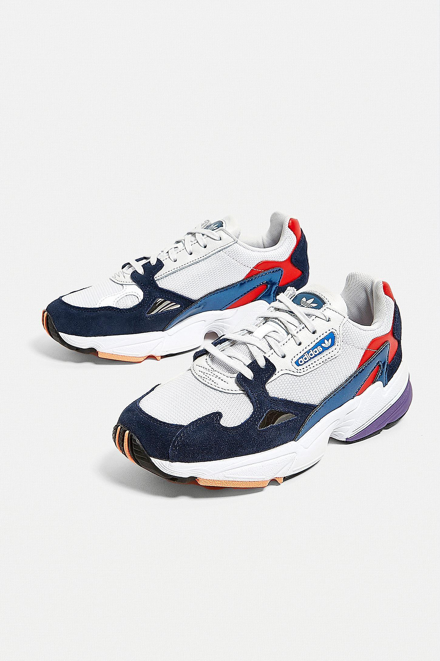adidas Originals Baskets Falcon rouge et bleues
