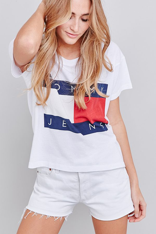 fc1c9249 UO Exclusive Tommy Jeans Cropped Square White T-shirt | Urban ...