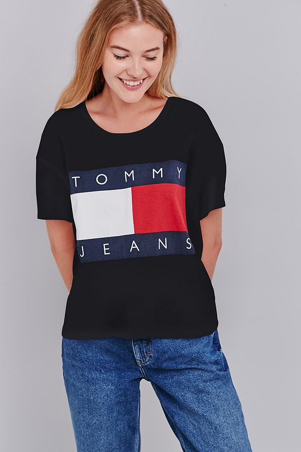 46bd63bc UO Exclusive Tommy Jeans Cropped Square Black T-shirt | Urban ...