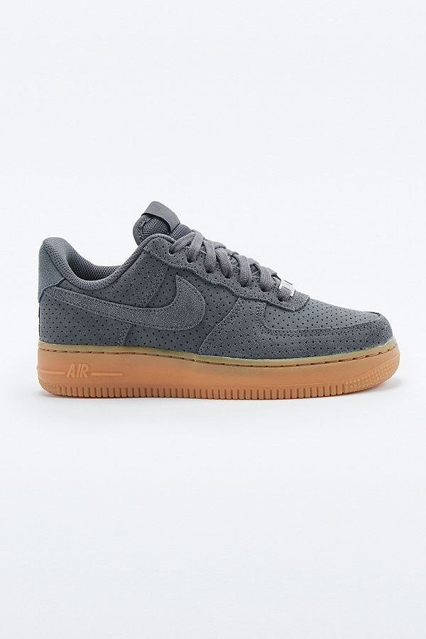 taille 40 90107 dcef9 Nike - Baskets Air Force 1 en daim gris | Urban Outfitters FR
