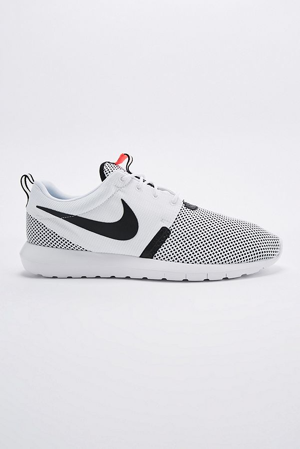 official photos 1a748 1f90b Slide View  1  Nike Roshe Run NM BR Trainers in White and Black
