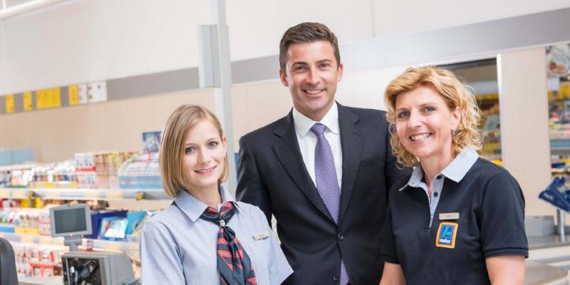 Günther Helm mit zwei HOFER-Mitarbeiterinnen