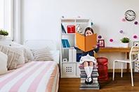 Lesendes Kind im Kinderzimmer