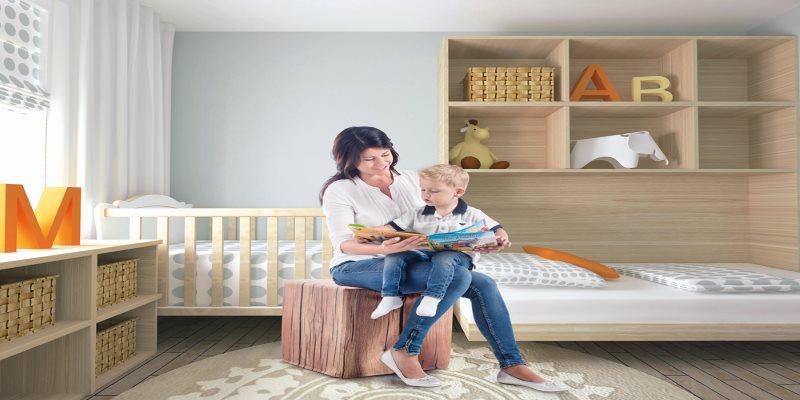 Mutter mit Kind im Kinderzimmer