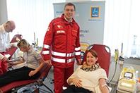 HOFER Mitarbeiterin bei der Blutspende