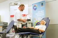 HOFER Mitarbeiterin beim Blutspenden