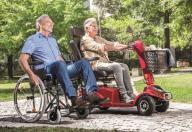 Elektromobil und Rollstuhl
