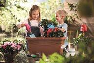 Mädchen und Junge bei der Gartenarbeit