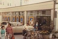 Ein altes Foto in Sepia zeigt eine HOFER Filiale von damals.