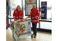 Rotes Kreuz Mitarbeiter mit Einkaufswagen
