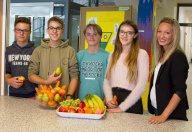 Schüler mit Obstteller