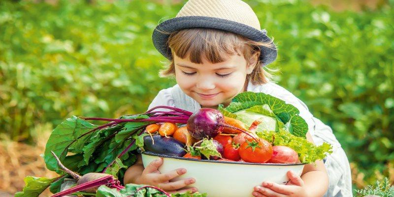 Kind mit Gemüseschale