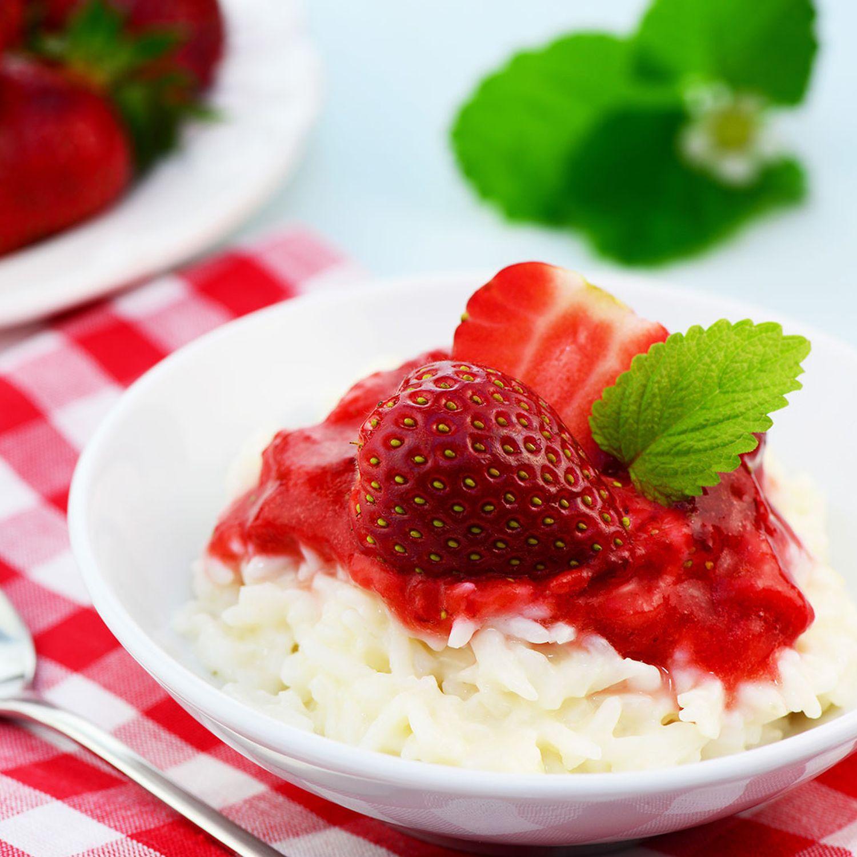 Milchreis mit weißer Schokolade und Erdbeeren