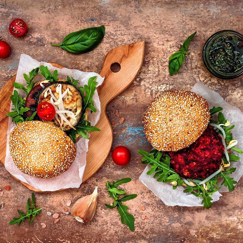 Semmelknödelburger mit gedünsteten Roten Rüben und Fenchel