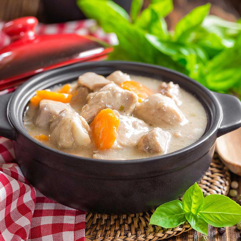 Feines Ragout vom Hähnchenfilet und Frühlingsgemüse im Kartoffelnest