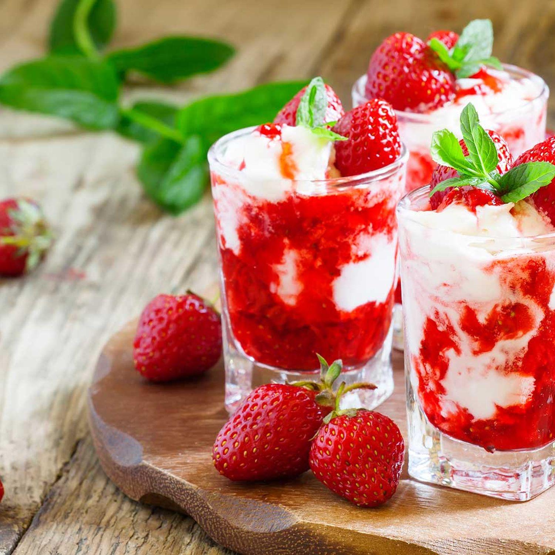 Erdbeeren mit Schlagoberscreme und Espressokrokant