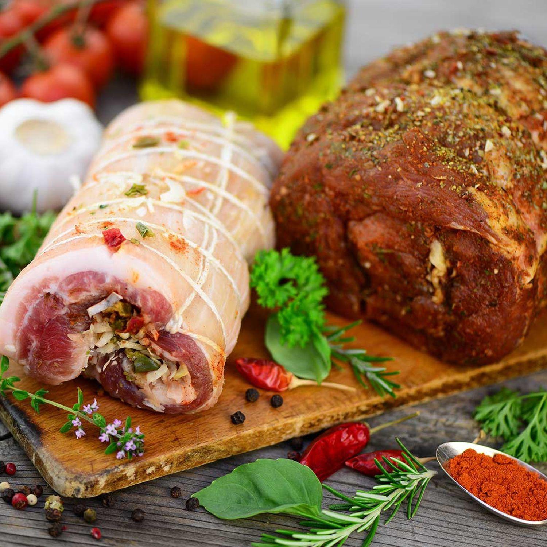 Bärlauch-Wildkräuter-Salat mit gefüllten Fleischrouladen