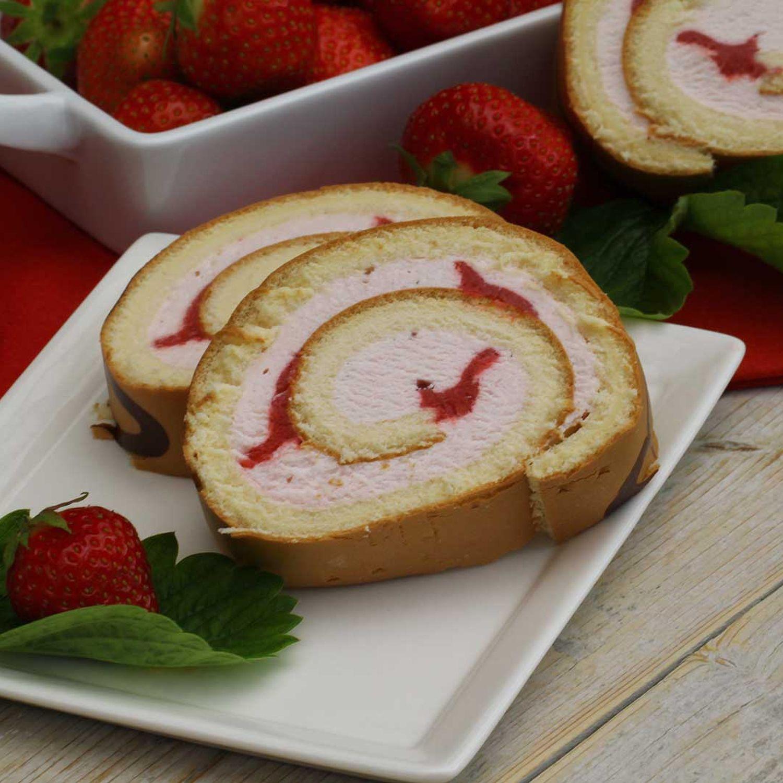 Biskuitrolle mit Pfirsichen und Erdbeeren