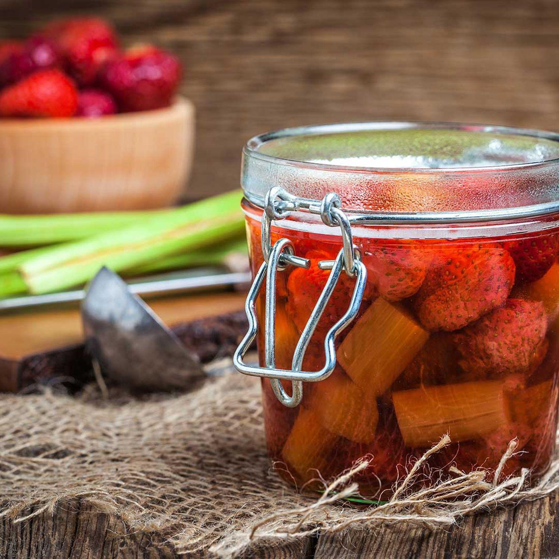 Erdbeer-Rhabarberkompott mit Baisercreme