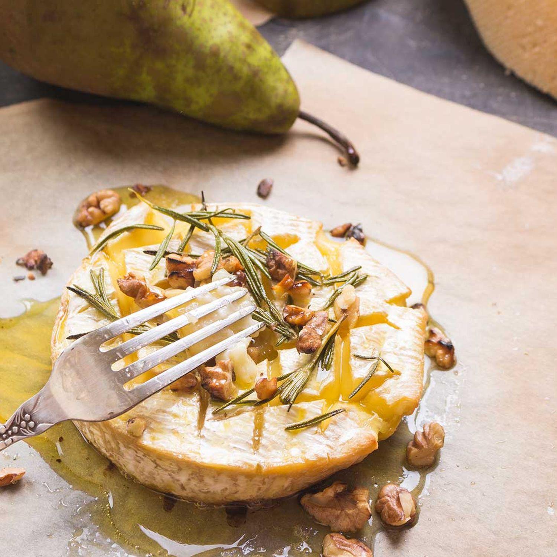 Gegrillter Camembert auf Birnen-Blattsalat