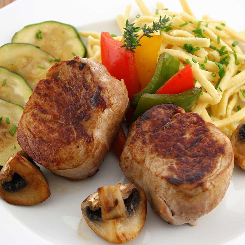 Kräuter-Käsespätzle mit gebratenem Schweinefilet und Walnüssen