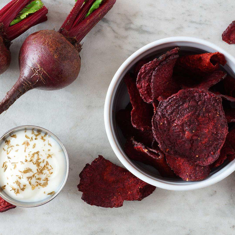 Rote-Rüben-Chips mit Kümmeldip