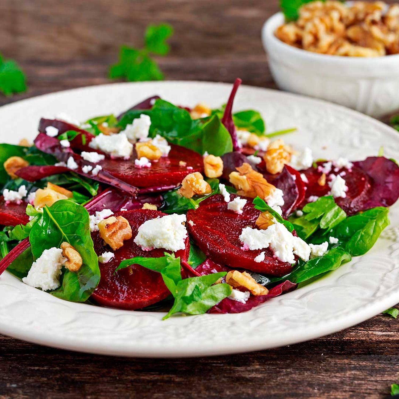 Rote-Rüben-Salat mit Frischkäse auf Rösti und Vogerlsalat