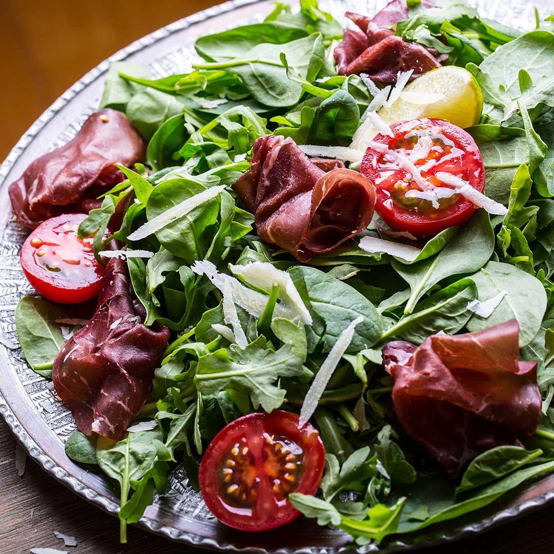 Sommerlicher Blattsalat mit Ribisel-Dressing und Bresaola