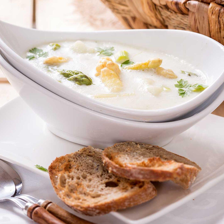 Spargelcremesuppe mit Schinken-Bärlauch-Nockerl