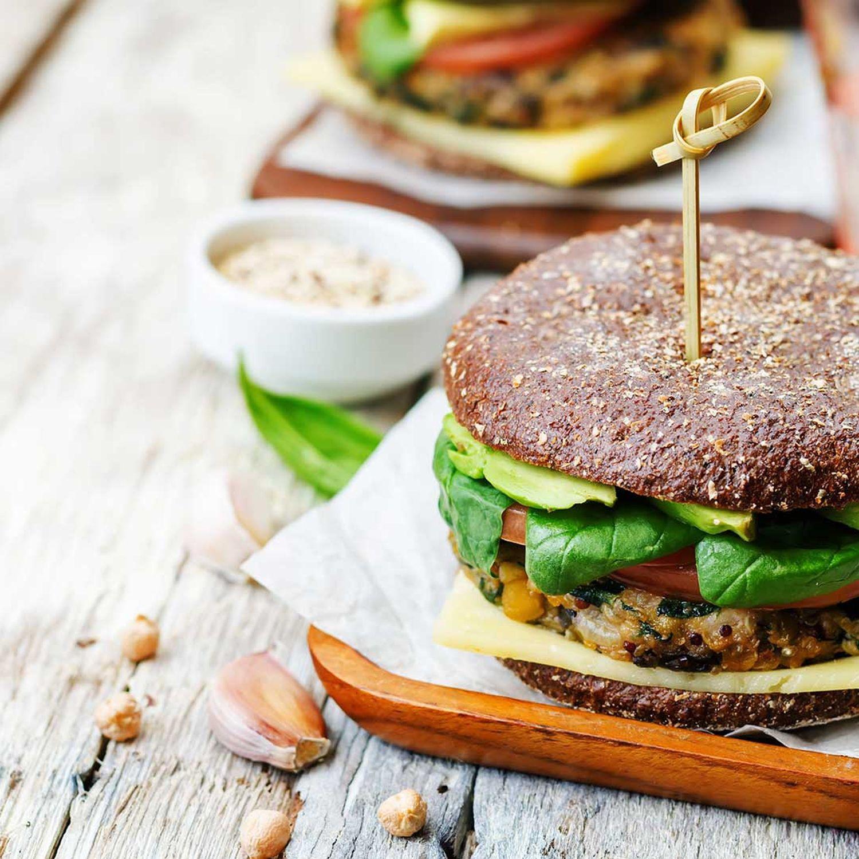 Vegetarischer Burger mit frischem Gemüse und Kresse-Dip