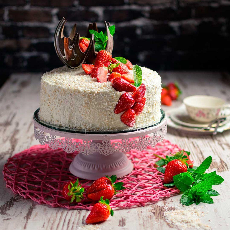 Kokosnusstorte mit Erdbeeren und Schokolade