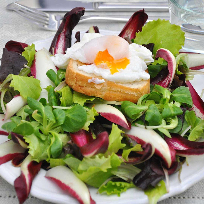"""Pochiertes """"Hahn im Glück""""-Ei mit Kartoffel-Vogerlsalat"""