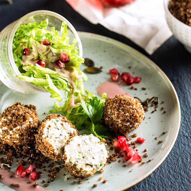 Frischkäsepralinen mit Pumpernickel, Eisbergsalat & Granatapfeldressing