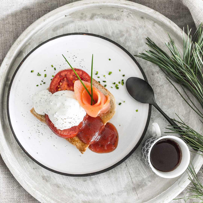 Verlorene Eier mit Tomaten und Räucherlachs