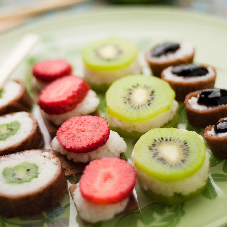 Süßes Sushi mit Früchten und dunkler Schokoladensauce