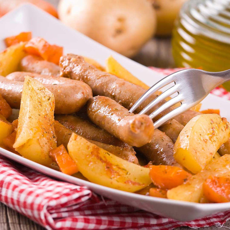 Karotten-Kartoffeln untereinander mit Bratwurstspießchen