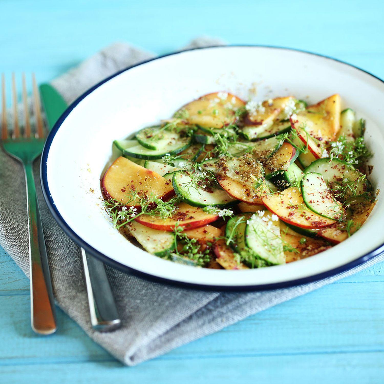 Pfirsich-Fenchel-Gurken-Salat mit pochiertem Fischfilet und Dill-Sauce
