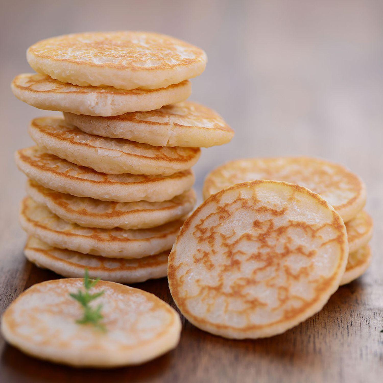 Dinkel-Blinis mit Avocado-Schoko-Creme und Honig-Cottage-Cheese